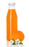 Orangensaft in einer Flasche und in einer Orange Lizenzfreie Stockbilder