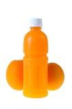 Orangensaft in einer Flasche und in einer Orange nahe bei ihm lokalisierte auf Weiß Stockfotografie
