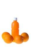 Orangensaft in einer Flasche und in einer Orange nahe bei ihm lokalisierte auf Weiß Lizenzfreie Stockfotos