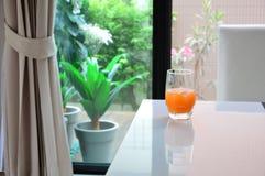 Orangensaft gesetzt auf weiße Tabelle Stockbilder