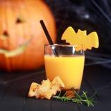 Orangensaft Halloweens mit Fliegenschlägern Stockfoto