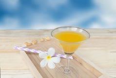 Orangensaft im Glas auf hölzernem Hintergrund Stockbild