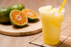Orangensaft im Glas auf hölzerner Tabelle Stockfoto
