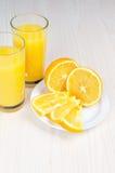 Orangensaft im Glas Scheiben auf einer Platte Stockbilder