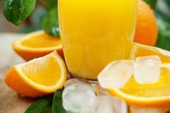 Orangensaft mit Eis Stockfoto