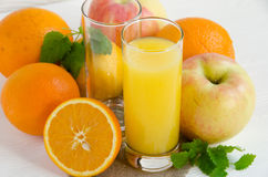 Orangensaft mit Früchten stockfoto