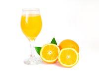 Orangensaft mit orange Scheibe und Blatt, Isolat auf Weiß mit Beschneidungspfad Stockbild