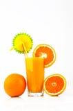 Orangensaft mit Orangen und Scheiben der Orange Lizenzfreies Stockfoto