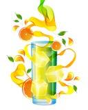 Orangensaft mit Spritzen, abstrakter Welle und Blättern Stockfotografie