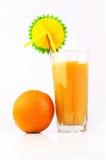 Orangensaft mit Trinkhalm und anorange Lizenzfreies Stockbild