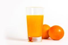 Orangensaft mit zwei Orangen Lizenzfreies Stockfoto