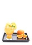 Orangensaft Smoothie und Scheiben der Orange auf weißem Hintergrund Stockfoto