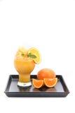 Orangensaft Smoothie und Scheiben der Orange auf weißem Hintergrund Lizenzfreie Stockfotografie