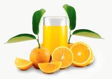 Orangensaft umgeben durch Orangen Lizenzfreies Stockfoto