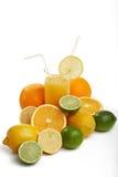 Orangensaft und Allsorts-Frucht stockbild