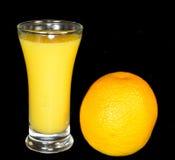 Orangensaft und eine Orange Stockbilder
