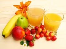 Orangensaft und frische Frucht Lizenzfreies Stockbild