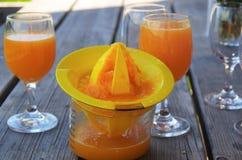 Orangensaft und Juicer mechanisch stockfoto