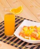 Orangensaft und Obstsalat Stockfotografie