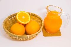 Orangensaft und Orange auf weißem Hintergrund Lizenzfreies Stockbild