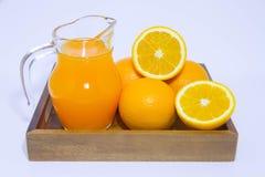 Orangensaft und Orange auf weißem Hintergrund Stockfotos