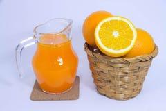 Orangensaft und Orange auf weißem Hintergrund Stockbild