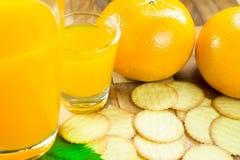 Orangensaft und orange Frucht Lizenzfreie Stockfotografie