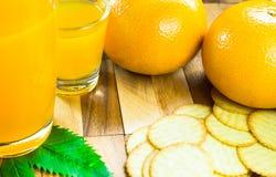 Orangensaft und orange Frucht Stockbild