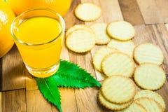 Orangensaft und orange Frucht Stockfotografie