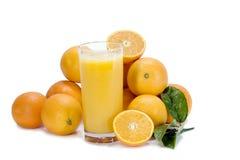 Orangensaft und Orangen Stockfotografie