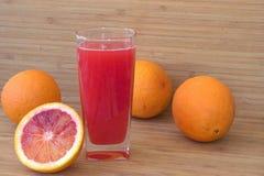 Orangensaft und Orangen Stockbild