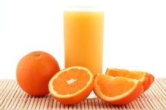 Orangensaft und reife Orangen Lizenzfreie Stockfotografie