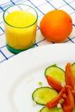 Orangensaft und Salat mit Tomate, Gurke Lizenzfreies Stockfoto