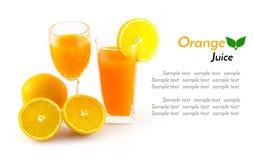 Orangensaft und Scheibe lokalisiert auf Weiß Lizenzfreies Stockbild