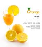 Orangensaft und Scheibe lokalisiert auf Weiß Lizenzfreie Stockfotos