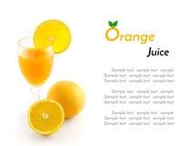 Orangensaft und Scheibe lokalisiert auf Weiß Lizenzfreie Stockbilder