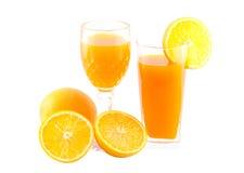 Orangensaft und Scheibe lokalisiert auf Weiß mit Arbeitsweg Lizenzfreies Stockbild