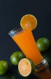 Orangensaft und Scheiben der Orange Lizenzfreie Stockfotografie