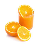 Orangensaft und Scheiben der Orange lokalisiert auf Weiß Stockbilder