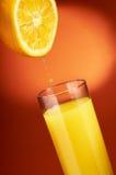 Orangensaftgießen Stockbild