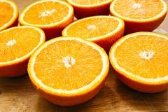 Orangenschnittmenge auf Holz Stockfotos