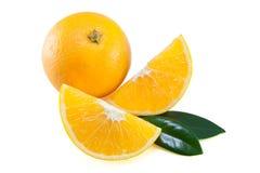 Orangenviertel mit Blättern Lizenzfreies Stockbild
