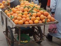 Oranges étant transportées sur une brouette images stock