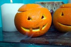 Oranges avec les visages découpés images stock