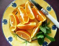 Oranges coupées en tranches d'une plaque Images libres de droits