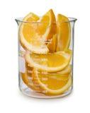 Oranges coupées en tranches dans un becher photographie stock libre de droits