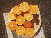 Oranges coupées en tranches par moitié un jour ensoleillé photos stock