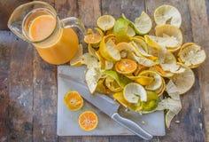 Oranges coupées en tranches sur le bloc avec le couteau (profondeur sur le champ) Images libres de droits
