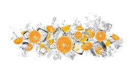 Oranges dans l'éclaboussure de l'eau sur le fond blanc photo stock