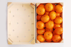 Oranges dans la caisse en bois Photo stock